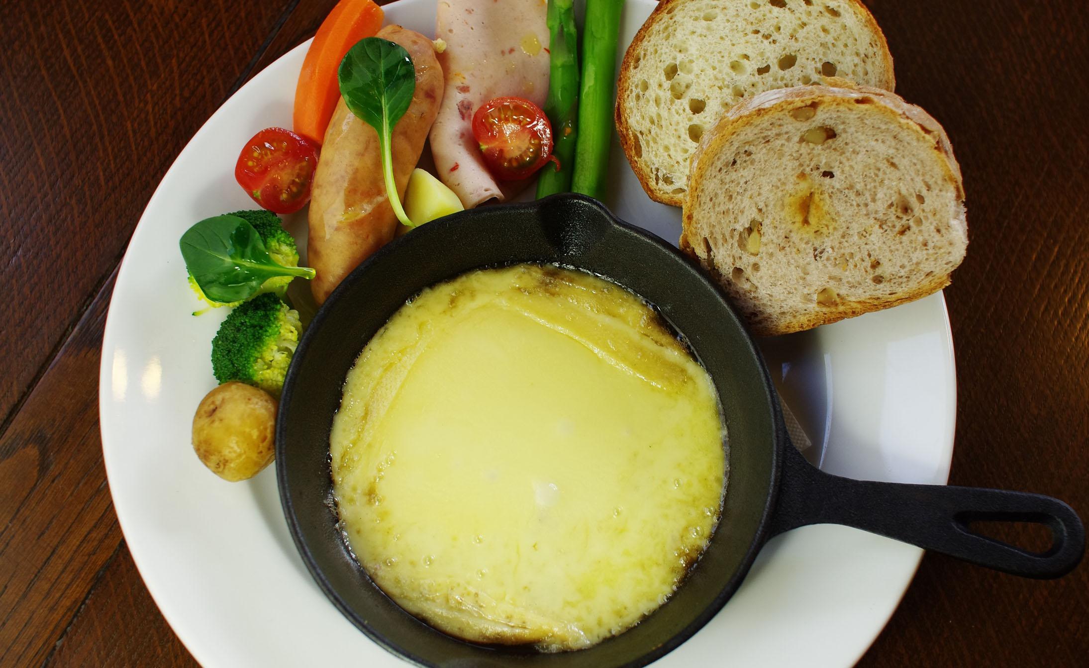 六甲山でスイスやフランスの名物料理を